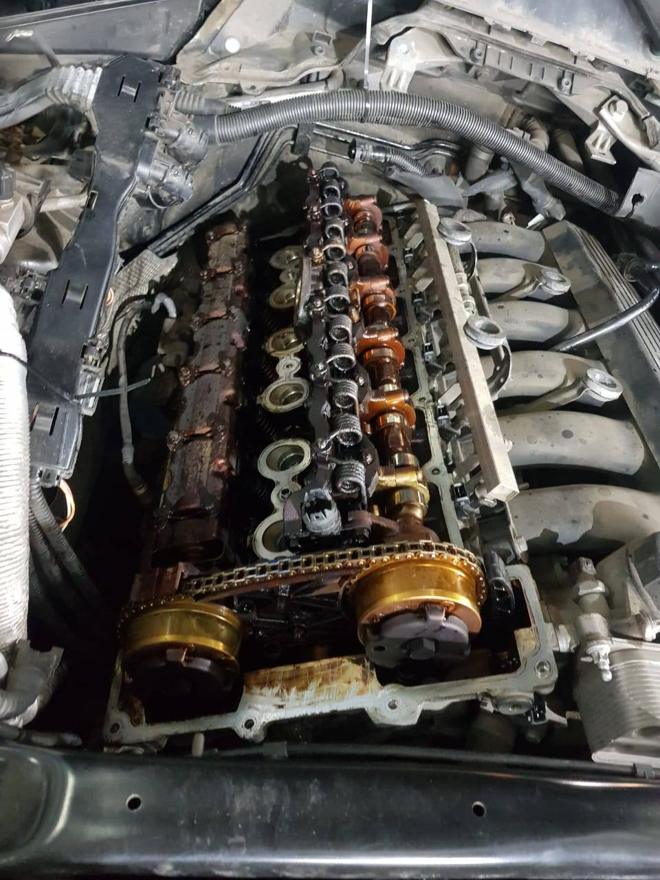 Замена клапанной крышки двигателя N52 на BMW X5 E70 4