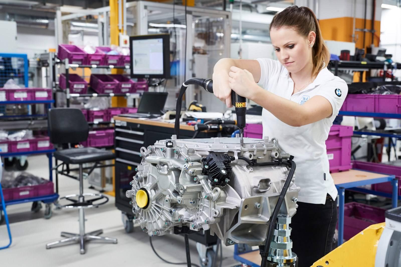 Электрокроссовер BMW iX3 с новой трансмиссией eDrive 3