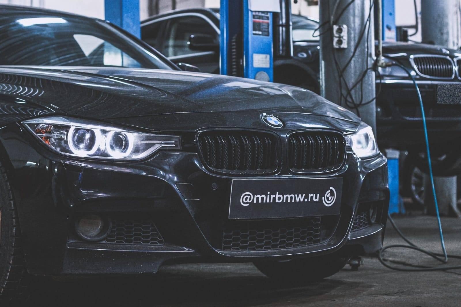 BMW 335iX F30: замена приводного ремня генератора 1